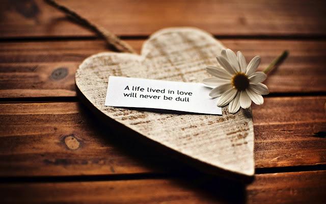 Achtergrond met houten liefdes hart