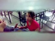 Flagra garota pagando boquete na sala de aula