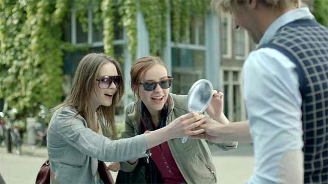 Chicas probándose gafas