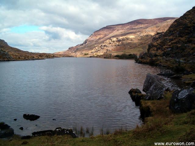 Lago en la base de la montaña Stoompa de Killarney