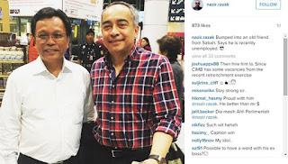 """Detik pertemuan tidak dijangka Datuk Seri Mohd Shafie Apdal dan Pengerusi Kumpulan CIMB, Datuk Seri Nazir Razak dikongsi dalam laman sosial Instagram Nazir Razak. """"Terserempak rakan lama dari Sabah. Katanya dia kini menganggur,"""" demikian status yang dimuatnaik pada gambar foto mereka berdua. Menurut laporan Mstar Online, Naib Presiden Umno itu secara tidak sengaja bertembung dengan Nazir yang juga adik kepada Presiden parti, Datuk Seri Najib Tun Razak di Lapangan Terbang Antarabangsa Kuala Lumpur (KLIA) pada petang Rabu. Kedua-duanya berjumpa ketika tiba di KLIA tanpa menyedari mereka sebenarnya secara kebetulan menaiki penerbangan yang sama dari London. """"Mereka jumpa di KLIA. Sudah tentu Shafie gembira jumpa Nazir. Perbualan kedua-dua mereka lebih kepada bertanya khabar. Nazir menyifatkan Shafie sebagai kawan lama. """"Shafie secara berseloroh mengatakan beliau """"menganggur"""" dan akan terus berkhidmat kepada rakyat di Semporna,"""" kata sumber. Menurut sumber yang sama, Shafie masih tetap mengikuti isu dan keadaan semasa terutama menjelang Perhimpunan Agung Umno (PAU) 2015 yang akan berlangsung pada 8 hingga 12 Disember ini. """"Shafie beritahu Nazir bahawa beliau akan kembali pada PAU 2015 selepas balik kawasan. Perwakilan Umno Semporna juga akan datang,"""" kata sumber yang rapat dengan bekas Menteri Kemajuan Luar Bandar dan Wilayah. Turut dinyatakan, ramai yang menyangka Shafie bersama Perdana Menteri, Datuk Seri Najib Tun Razak."""
