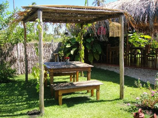 meu quintal meu jardim : meu quintal meu jardim:Esse espaço para a mesa é o meu predileto! Eu só tiraria a gaiola