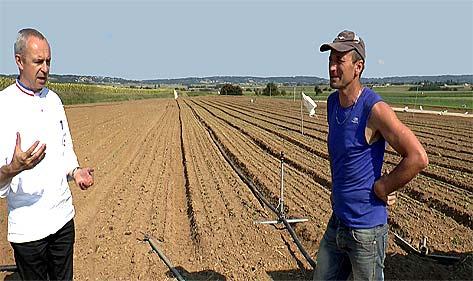 Philippe Girardon retrouve Denis Chardon au milieu de ses cultures de plein champ de la rive droite du Rhône.