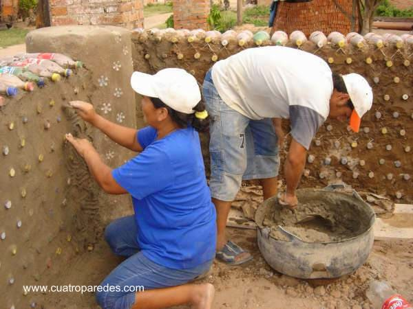 Tareas de construcción ecológica con material reciclado