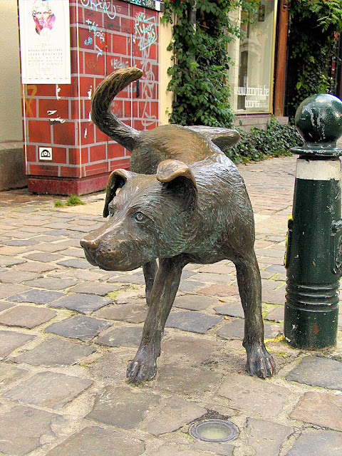 The Zinneke Pis is the peeing dog statue, actually a cute little guy who was added in 1998. Photo: WikiMedia.org.