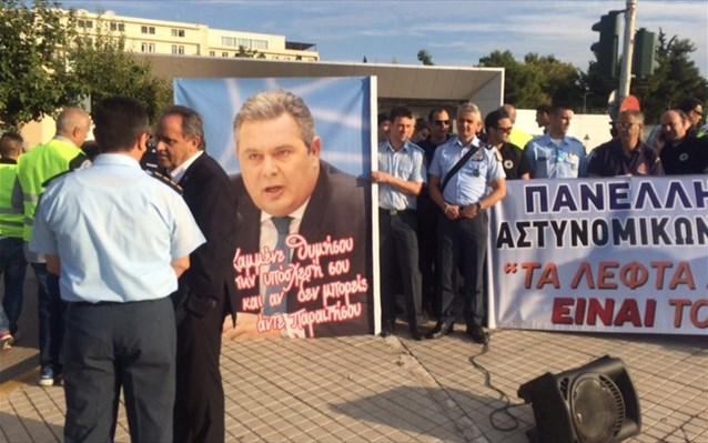 Έξω από το Υπουργείο Εθνικής Αμύνης: Διαμαρτυρία από τους Στρατιωτικούς! μην φοβάστε !για τη τσέπη τους πήγαν οχι για την Ελλάδα!!