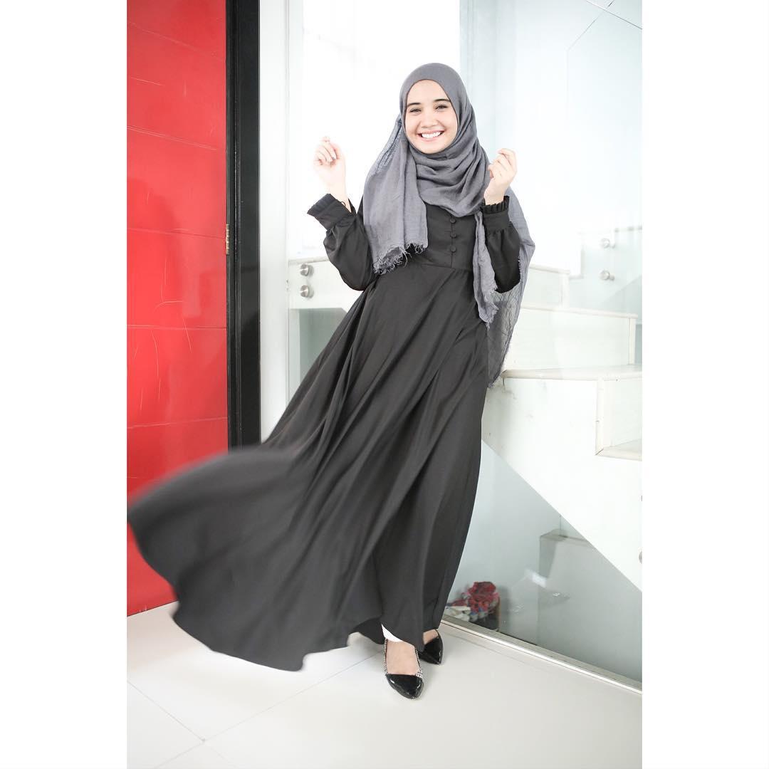 Balutan Hitam Simply Trend Fashion 2016 Ala Zaskia Sungkar Style Hijab 2016