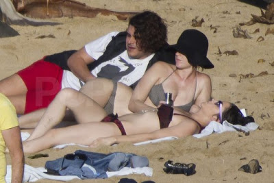 KATY PERRY LUCIENDO SENOS GRANDES EN HAWAII EN BIKINI 2011