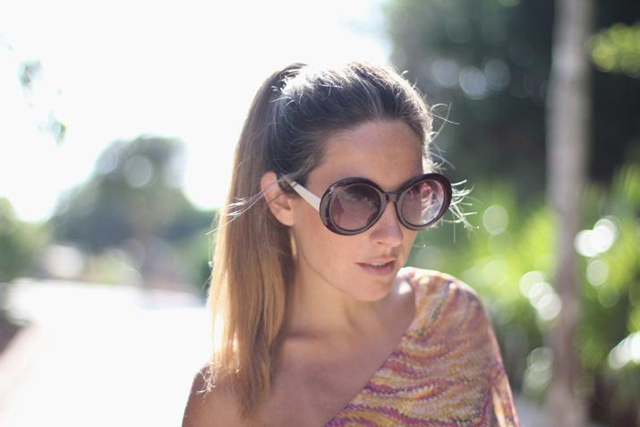 Blog de moda Mes Voyages à Paris. Foto de Mónica Sors en México con vestido asimétrico, gafas redondas y cola de caballo.