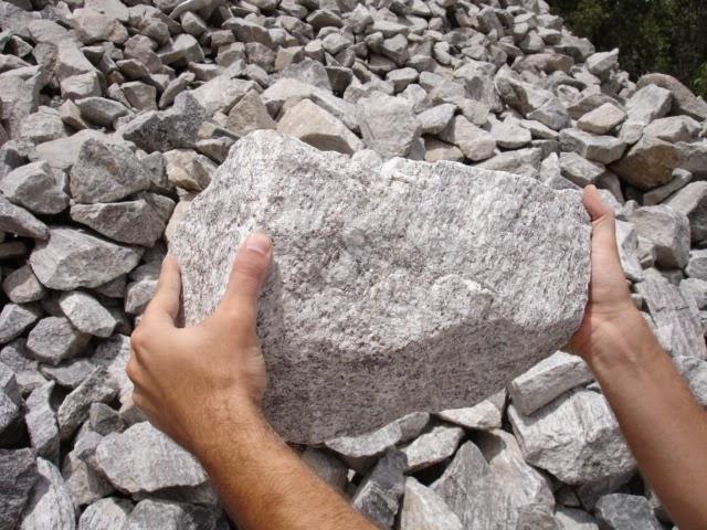 Jesus ressuscitou Lázaro, mas as pessoas que devem remover a pedra