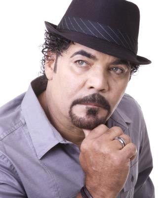 Willie González en sesión de foto con sombrero