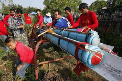 BEBERAPA peserta melakukan kerja-kerja menyiapkan roket ciptaan mereka.
