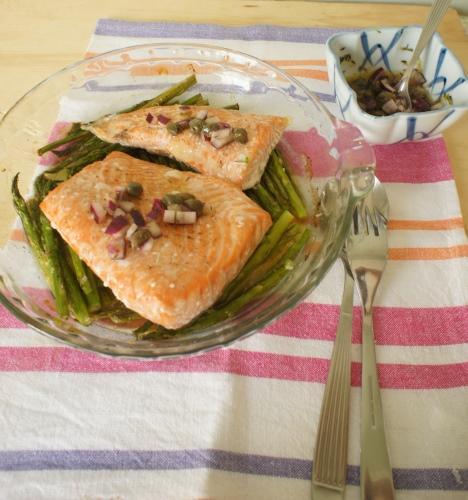 salmão e aspargos assados com molho de alcaparras