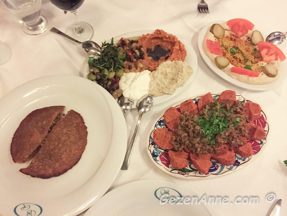 tepsi oruğu, çiğ köfte, humus, zahter salatası, kırık zeytin ve diğerleri, Sveyka restoran Antakya Hatay
