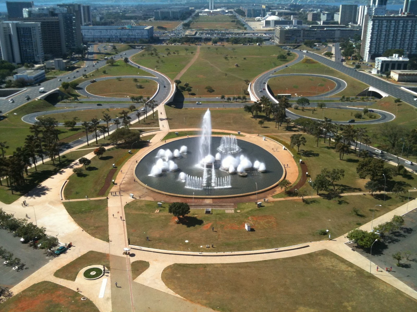 overview of the city of brasilia The british school of brasilia is located in asa sul the school enjoys a spacious, green, clean-air surrounding located in the heart of the city's schools quarter the building itself was designed by renowed architect oscar niemeyer and also features murals by artist athos bulcão.