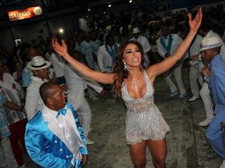 Sabrina Sato exibiu seu corpo perfeito em noite de samba no Rio. Usando um vestido curto e decotado, a apresentadora que também é rainha de bateria da Vila Isabel mostrou samba no pé durante o ensaio da agremiação carioca na noite deste sábado, 5, na quadra da escola de samba na Zona Norte da cidade.