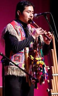 Foto de músico tocando quena