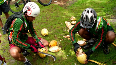 Ada pula kelapa muda yang bisa langsung kami kupas dan minum bersama.