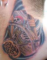 schelet tatuaj pe gat