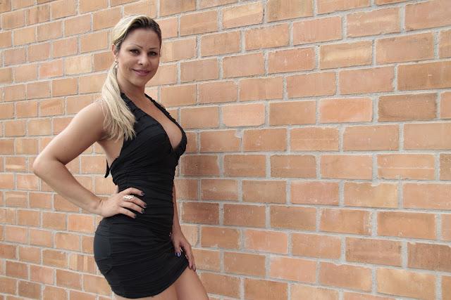 Stella tem 24 anos é cabeleireira, tem 1,69 m, 64 kg e 285 ml de silicone nos seios (Foto: Isac Luz)