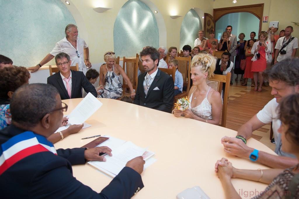 Les mariés sont assis devant le personnel de la mairie