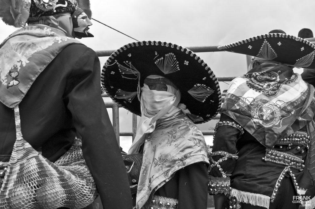 Caporal y viejotes en fiesta tradicional de San Pedro Ixtlahuaca Oaxaca