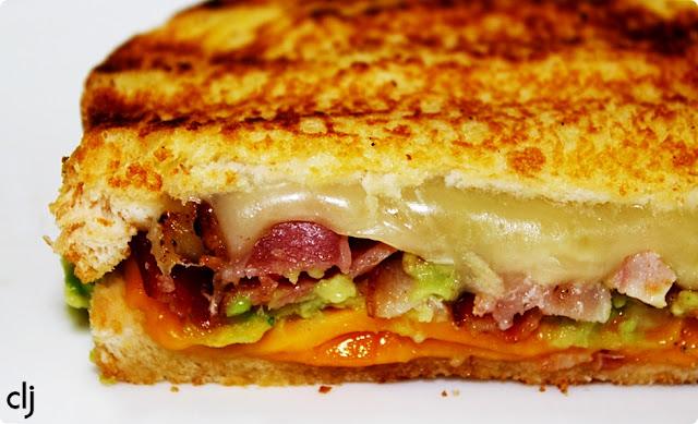 Bacon guacamole grilled cheese sandwich ~ Complicaciones las justas