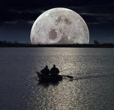 Imagen de la luna al anochecer
