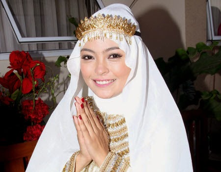 http://dangstars.blogspot.com/2014/10/cerita-bahagia-tantri-kotak-jelang-pernikahan.html