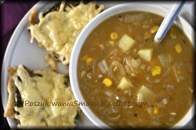 gęsta zupa cebulowa z kukurydzą i aromatycznym serem
