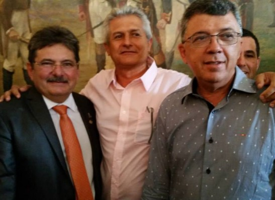 Prefeitos do Cariri participam de posse de Adriano Galdino como governador