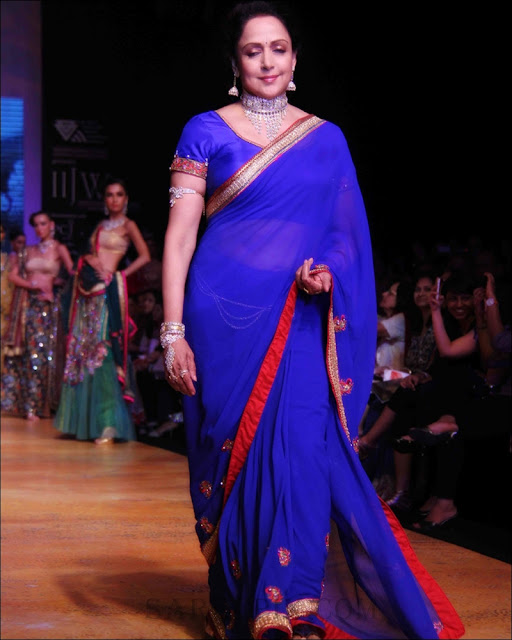 Hema_Malini_blue_saree_Ramp_walk_IIJW