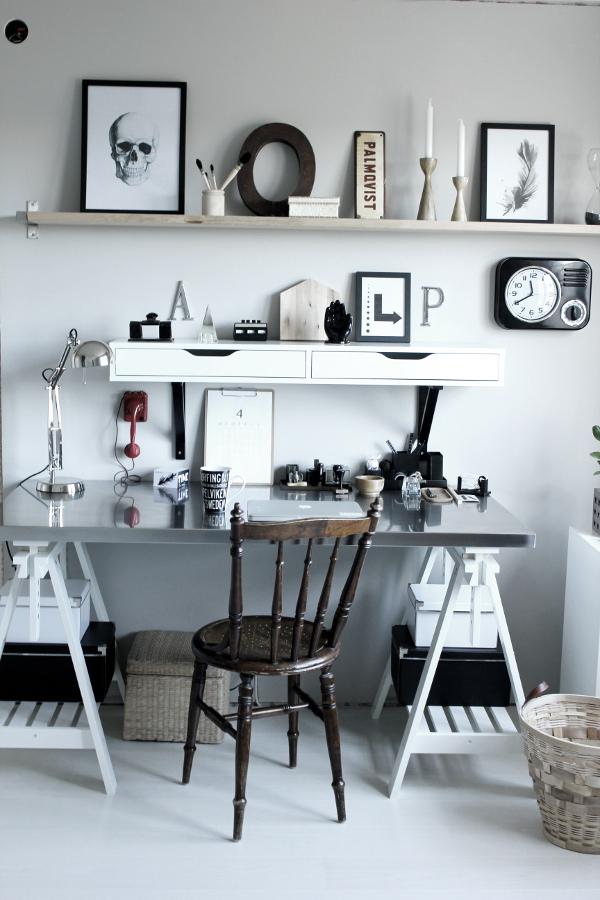 renovera arbetsrum, arbetsrum, bilder före och efter renovering, arbetsrum i grått och vitt, vit parkett, tarkett, epoque ask white pearl, ikea, arbetsbord, skrivbord ikea, print svart och vit, fjäder print, skrivbordslampa silver, rostfri bordsskiva på vita bockar, rostfritt, prints, stämplar, röd gammal telefon, inspiration arbetsrum, inredning arbetsrum, bokstäver på väggen, gamla skyltar, gamla svarta stämplar, svart och vit mugg med text, skrivbordsstol, grå målad vägg i arbetsrummet, grå vägg, svarta och vita detaljer, svart och vit hylla från ikea, svart fräck klocka, em möbler, blockkub, svart och vitt motiv på kub, coolt arbetsrum, svarta och vita tavlor, dödskalle i svartvitt, fjäder i svartvitt,