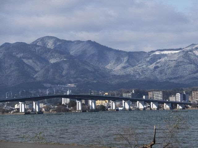 守山市と大津市を結ぶ琵琶湖大橋が見える。