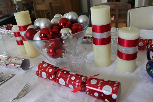 Green gourmet giraffe christmas day presents and pudding for Christmas lunch table setting ideas