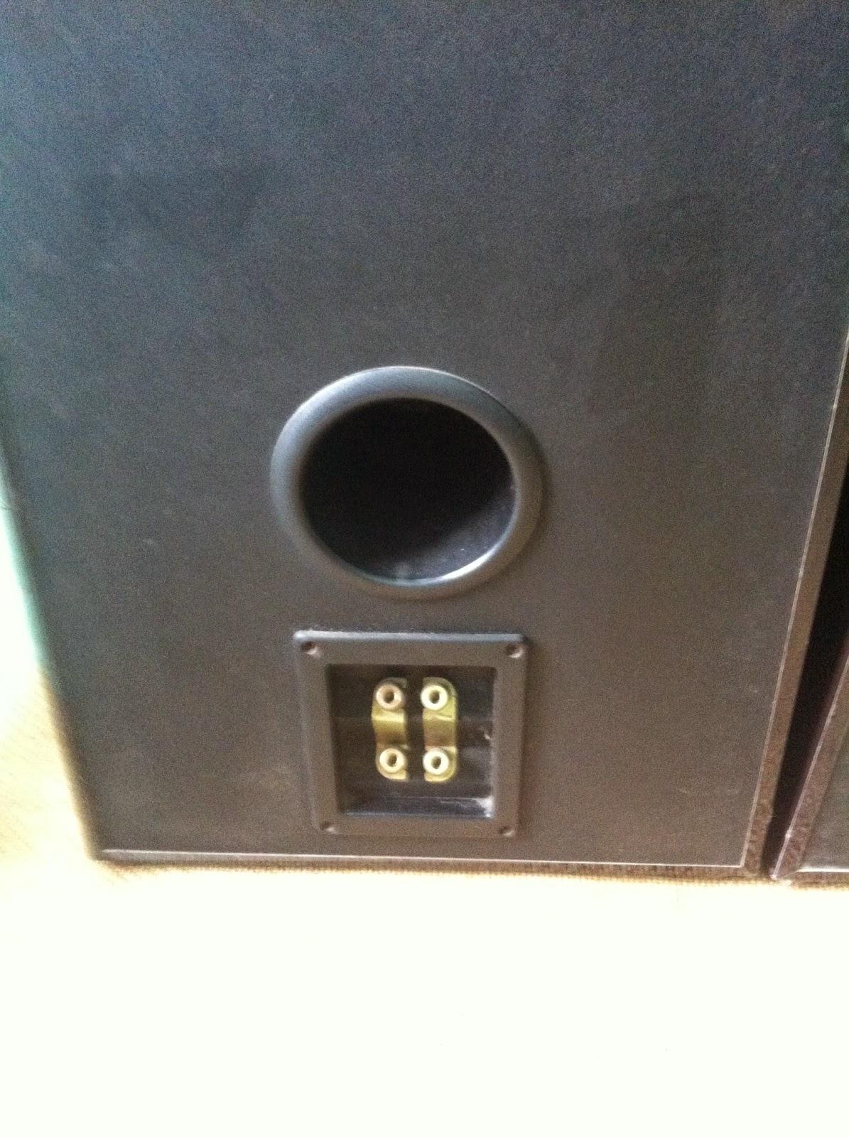 Cận cảnh lỗ thông hơi và cầu loa Polk Audio LS90