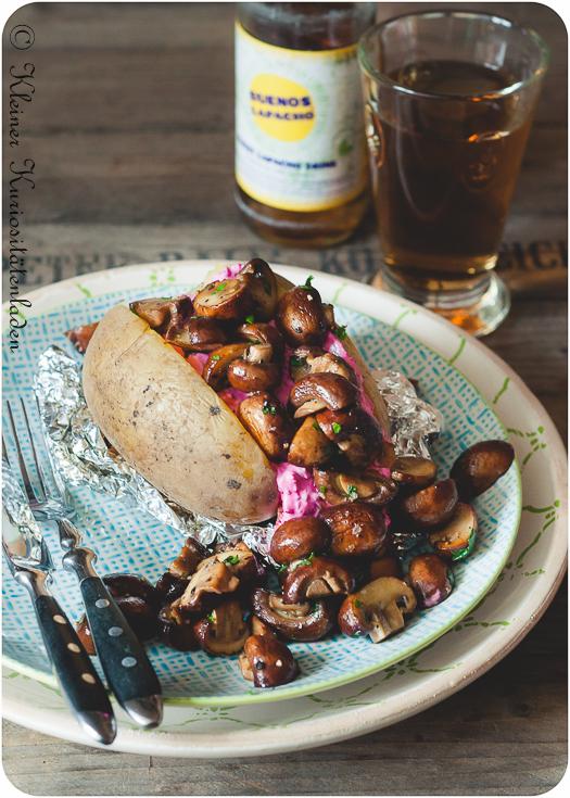 Ofenkartoffeln mit Rote-Bete-Tzatziki und gebratenen Champignons