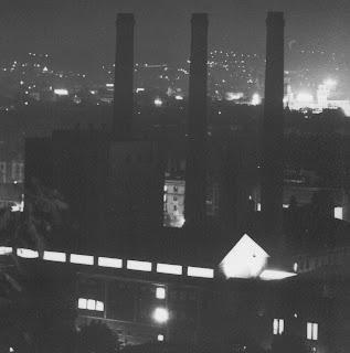 Vista nocturna de les tres xemeneies.