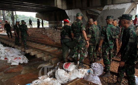 Anggota TNI Tidak Tidur 2 Hari Demi Tanggul Latuharhary