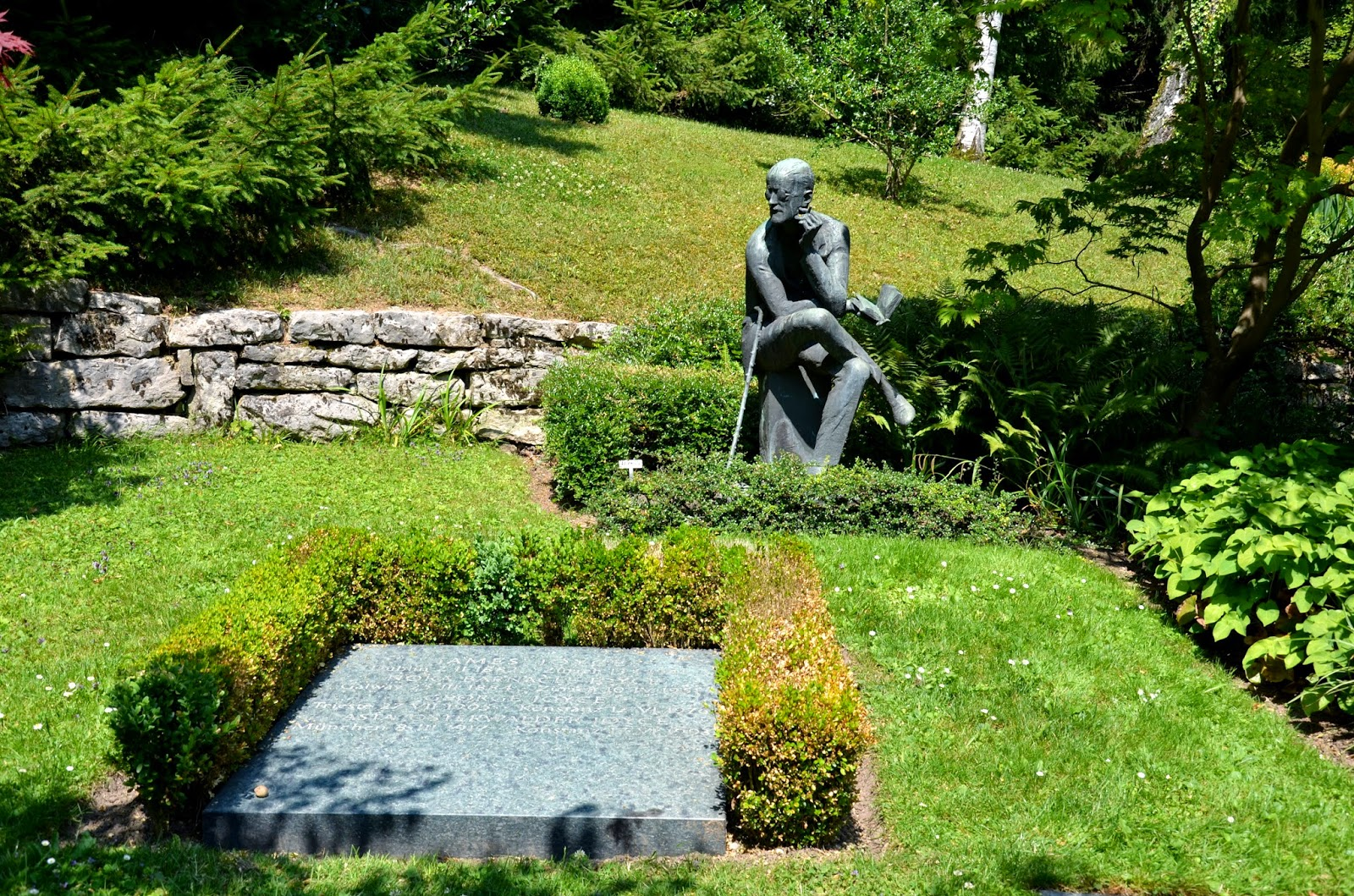 baugh s blog photo essay the grave of james joyce in zurich james and nora liked the situation in the french capital and decided to settle there they spent 20 years in paris finally leaving in late 1940 to escape