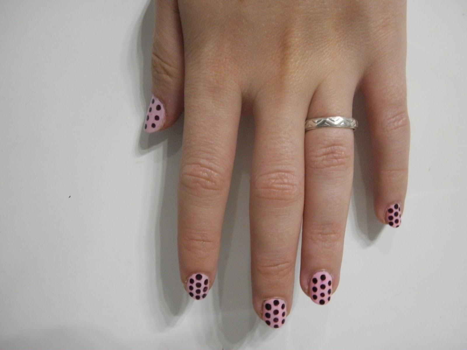 puntos en las uñas