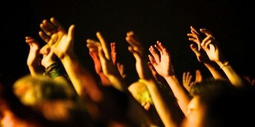 Manos alzadas en señal de adoración