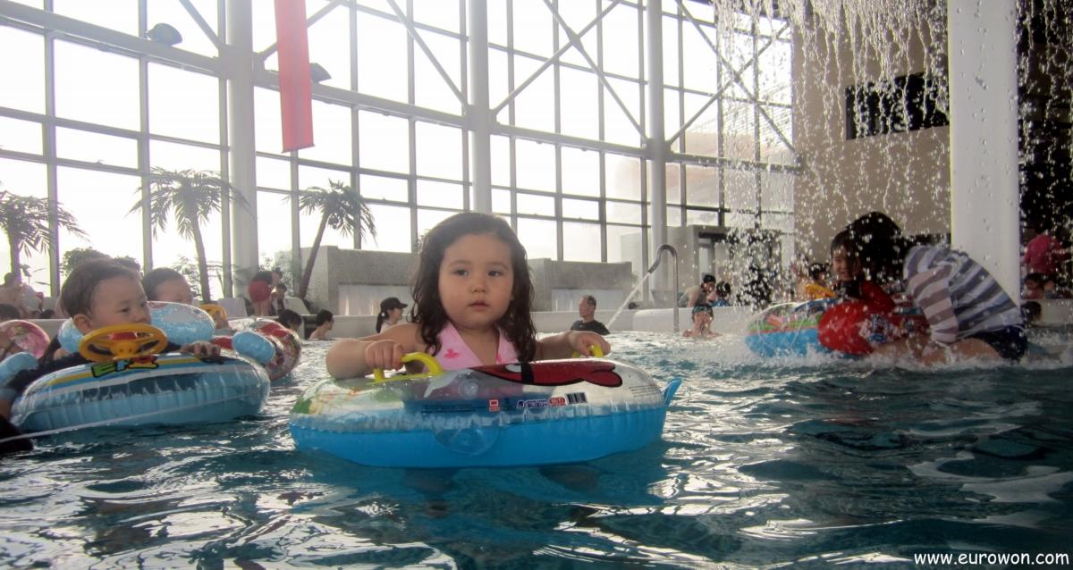 Sonia disfrutando de la piscina climatizada