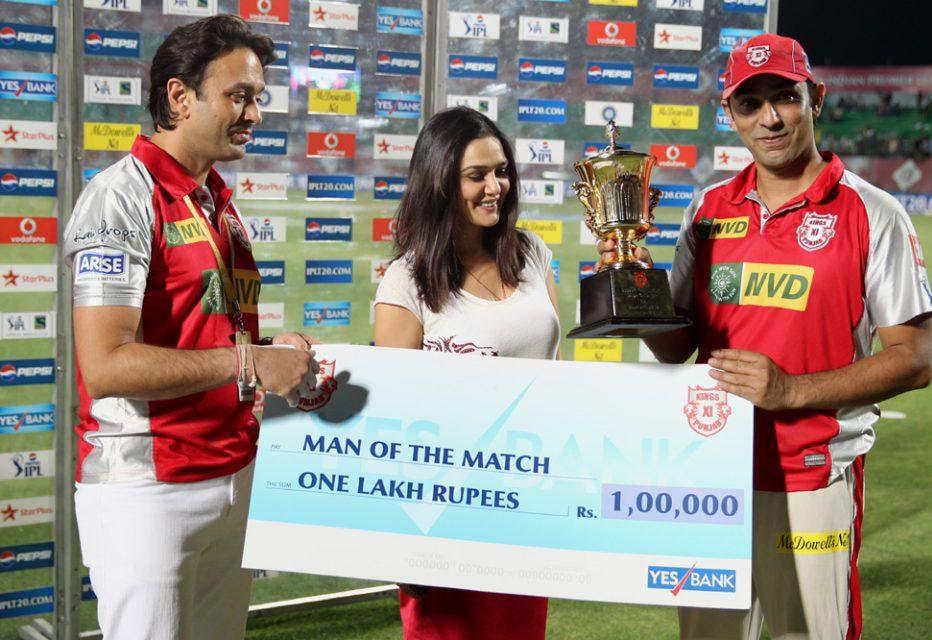 Azhar-Mahmood-man-of-the-match-KXIP-vs-MI-IPL-2013