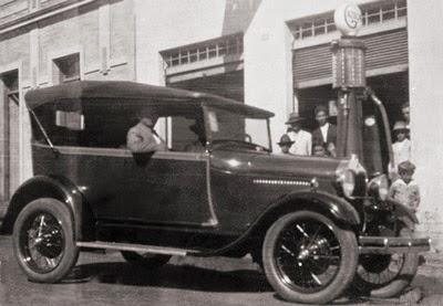 Bombas de gasolina nas calçadas - anos 1930