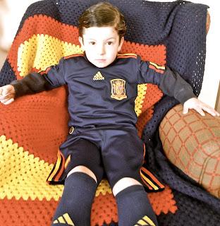 NIño selección española y manta con bandera de España
