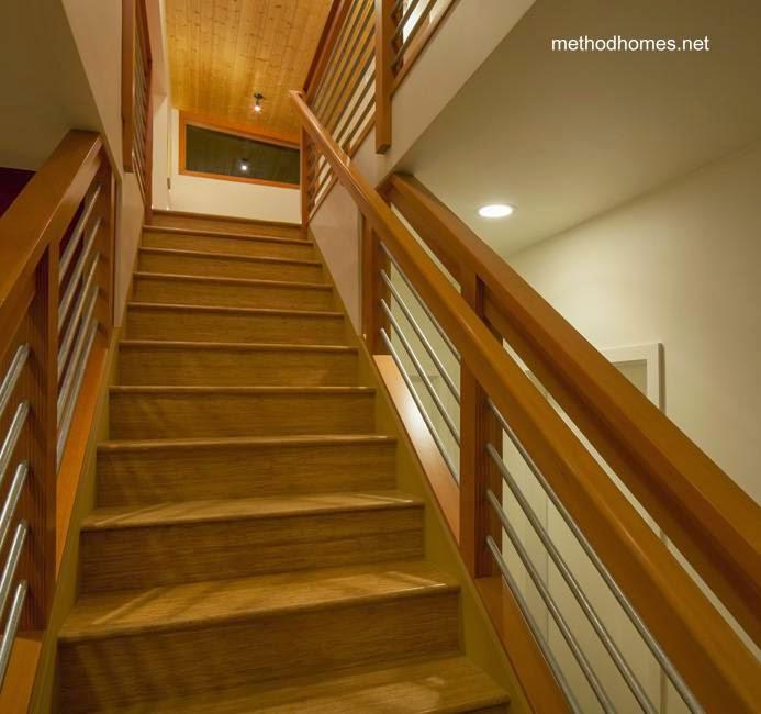 Escalera interior de madera en la cabaña