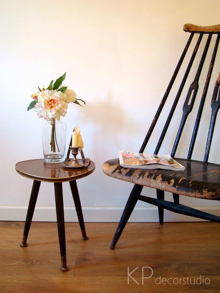 Mesitas vintage alemanas de madera tres patas años 50 y 60 con parte de arriba triangular y acabado de latón, cerámica y fórmica.