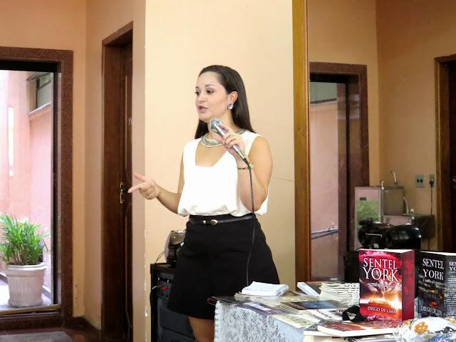 mulher palestrante contra a gravidez infantil