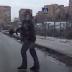 Μπράβο του! Άνθρωπος βοηθά σκυλάκι να περάσει τον δρόμο...